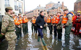 Στρατιώτες στο πλημμυρισμένο Γιορκ της Βόρειας Αγγλίας, που βοηθούν τους κατοίκους, επισκέφθηκε χθες ο πρωθυπουργός Ντέιβιντ Κάμερον, υποσχόμενος την ενίσχυση των αντιπλημμυρικών έργων.