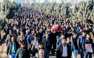 Κούρδοι μαχητές μεταφέρουν το φέρετρο του συντρόφου τους Οσμάν Καραντενίζ, που έχασε τη ζωή του στη διάρκεια ένοπλων συγκρούσεων στο Ντιγιάρμπακιρ της Νοτιοανατολικής Τουρκίας.