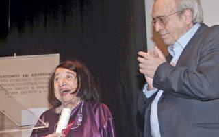 Ο Αριστείδης Μπαλτάς χειροκροτεί την καταξίωση της ποιήτριας Κατερίνας Αγγελάκη-Ρουκ.