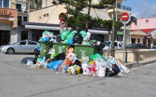 Συσσωρεύονται τα σκουπίδια στους δρόμους της Ζακύνθου. Φορείς και κάτοικοι της περιοχής του Καλαμακίου έχουν αποκλείσει εδώ και οκτώ ημέρες την είσοδο στον ΧΥΤΑ του νησιού, «εφαρμόζοντας» απόφαση του 2014 για οριστική διακοπή της εναπόθεσης απορριμμάτων στο σημείο.
