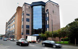 Το κτίριο της ιρλανδικής «κακής τράπεζας» (ΝΑΜΑ) στο Δουβλίνο. Η ΝΑΜΑ είχε πληρώσει 31,6 δισ. ευρώ προ πενταετίας για να αποκτήσει τα «κόκκινα» δάνεια των ιρλανδικών τραπεζών έναντι ονομαστικής αξίας 74 δισ. ευρώ.