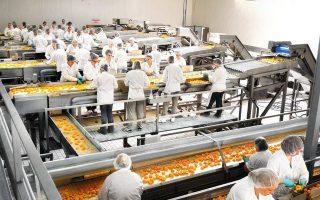 Κονσέρβες ροδάκινο από την Intracomm, σε ένα από τα εργοστάσιά της στη Λάρισα (διατηρεί άλλα δύο σε Αρτα και Χαλκιδική), που σήμερα εξάγονται σε 57 χώρες. Μπορεί το δυσμενές οικονομικό κλίμα να επηρέασε τις εξαγωγές, όμως τα ελληνικά αγροδιατροφικά προϊόντα (λάδι, ελιές, φρούτα, λαχανικά και μεταποιημένα) αναχαιτίζουν την τάση. Ετσι, αν φάτε γιαούρτι με μύρτιλλο στη Νέα Υόρκη, ντολμαδάκια γιαλαντζί στη Σαουδική Αραβία ή ριζότο με αυγοτάραχο στη Νότια Αφρική, μην αμφιβάλλετε για την ελληνική τους ταυτότητα.