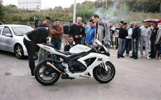 Μέλη των «Καμικάζι Ράιντερς» ελέγχουν μοτοσικλέτα σε προάστιο των Βρυξελλών.