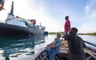 Ο Μ. Χαρντμπέργκερ και οι συνεργάτες του επιθεωρούν σκάφη στην Αϊτή. Κάθε χρόνο κλέβονται χιλιάδες πλοία και ο Χαρντμπέργκερ αναλαμβάνει να τα επιστρέψει στους ιδιοκτήτες τους.