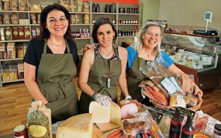 Η Αντιγόνη, η Κατερίνα και η Αντζυ, τρεις από τις πέντε ιδιοκτήτριες του μπακάλικου «Εξι οκάδες και ένα δράμι». (Φωτογραφίες: ΑΚΗΣ ΟΡΦΑΝΙΔΗΣ)