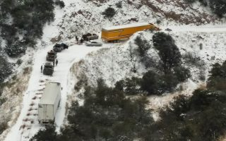 epa05082511 A handout picture provided by the Federal Police of Mexico shows snow in a road of the Mexican state of Chihuahua, Mexico, 28 December 2015. The states in the north of the country remain in alert due to heavy winds and snow that have generated blockades in several highways.  EPA/FEDERAL POLICE OF MEXICO / HANDOUT  HANDOUT EDITORIAL USE ONLY/NO SALES