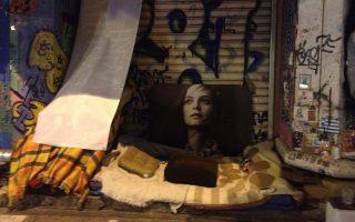Εικόνα «φωλιάς» αστέγου στο κέντρο των Αθηνών. Η «Κ» συνόδευσε κοινωνικούς λειτουργούς του Δήμου Αθηναίων που καταγράφουν τη νύχτα αστέγους, προσφέροντάς τους μπισκότα και ένα ραδιοφωνάκι.