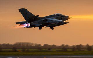 Βρετανικό Tornado πραγματοπποιεί πτήση βομβαρδισμού στη Συρία.