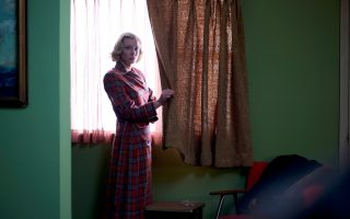 Η Κέιτ Μπλάνσετ πρωταγωνιστεί στο «Carol», χτίζοντας τον ρόλο της με θραύσματα από την εικόνα της κλασικής φαμ φατάλ, χωρίς την ένταση μοιραίων γυναικών.