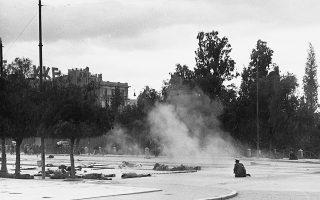 Πλατεία Συντάγματος, μία από τις «κλασικές» φωτογραφίες των Δεκεμβριανών διά χειρός Ντμίτρι Κέσελ για λογαριασμό του Life.