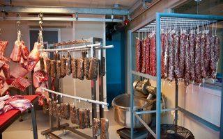 Το στέγνωμα και η ωρίμανση είναι από τις πιο σημαντικές διαδικασίες στην παραγωγή των αλλαντικών. (Φωτογραφίες: ΕΒΕΛΥΝ ΦΩΣΚΟΛΟΥ)