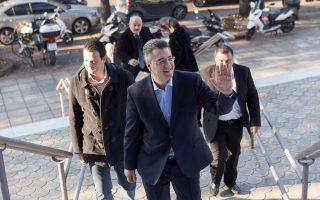 Ο υποψήφιος πρόεδρος της Νέας Δημοκρατίας Απόστολος Τζιτζικώστας κατά την άφιξή του για να ασκήσει το εκλογικό του δικαίωμα στις Εκλογές ανάδειξης του προέδρου της Νέας Δημοκρατίας 2015 στο πέμπτο δημοτικό διαμέρισμα Θεσσαλονίκης. Κυριακή 20 Δεκεμβρίου 2015. ΑΠΕ ΜΠΕ/PIXEL/ΜΠΑΡΜΠΑΡΟΥΣΗΣ ΣΩΤΗΡΗΣ