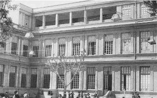 Η αυλή στο Αβερώφειο Γυμνάσιο της Αλεξάνδρειας. Ιδρύθηκε το 1878 και αναγνωρίστηκε ως ισότιμο από την ελληνική πολιτεία.
