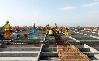 Στην κορυφή του κόσμου: εργαζόμενοι στο ενεργειακό στέγαστρο του ΚΠΙΣΝ, ένα κατασκευαστικό και τεχνικό επίτευγμα διεθνών διαστάσεων.