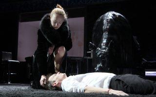 Μια σκηνή από την παράσταση του Κονσταντίν Μπογκομόλοφ «Οι Καραμάζοφ» που θα παίζεται στη Στέγη του Ιδρύματος Ωνάση από την Κυριακή.
