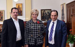 H υφυπουργός Εσωτερικών και Διοικητικής Ανασυγκρότησης (Μακεδονίας-Θράκης) Μαρία Κόλλια-Τσαρουχά συναντήθηκε με τον υπουργό Υποδομών, Μεταφορών και Δικτύων, Χρήστο Σπίρτζη (Δ) και τον Γενικό Γραμματέα του Υπουργείου Υποδομών, Γιώργο Δέδε (Α), Τρίτη 29 Δεκεμβρίου 2015. ΑΠΕ-ΜΠΕ/ΥΜΑΘ/STR