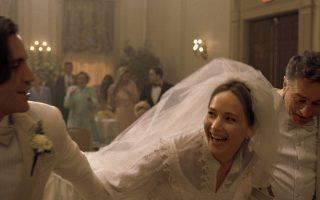O Εντγκαρ Ραμίρεζ, η Τζένιφερ Λόρενς και ο Ρόμπερτ ντε Νίρο σε στιγμιότυπο ευτυχίας, από ένα φλάσμπακ του «Joy», του σκηνοθέτη Ντέιβιντ Ο' Ράσελ.