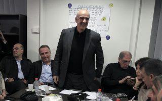 Ο υποψήφιος πρόεδρος της Νέας Δημοκρατίας Ευάγγελος Μεϊμαράκης (Κ) μαζί με συνεργάτες του περιμένουν τα αποτελέσματα των εκλογών για την ανάδειξη αρχηγού στο κόμμα της Νέας Δημοκρατίας, στο γραφείο του στη Δάφνη, την Κυριακή 20 Δεκεμβρίου 2015.