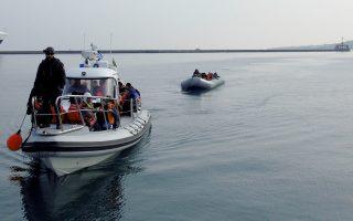 Σκάφος του λιμενικού μεταφέρει στο λιμάνι της Μυτιλήνης πρόσφυγες και μετανάστες, την Τρίτη 15 Δεκεμβρίου 2015. Αυξητικά κινούνται οι ροές μεταναστών και προσφύγων προς τη Λέσβο δεδομένων των καλών καιρικών συνθηκών που επικρατούν στο νησί και ιδιαίτερα στο θαλάσσιο χώρο μεταξύ Λέσβου και Τουρκίας. Χθες και μέχρι σήμερα   το πρωί στο Κέντρο Καταγραφής και Πιστοποίησης μεταναστών και προσφύγων της Μόριας καταγράφηκαν 2261 άτομα ενώ στον εξωτερικό χώρο του Κέντρου παρέμεναν προς καταγραφή περί τα 300 άτομα. Από το πρωί όμως σήμερα εκατοντάδες μετανάστες και πρόσφυγες φτάνουν στο νησί από κάθε πλευρά του, συρρέοντας όλοι στη Μόρια προκειμένου να καταγραφούν. Εν τω μεταξύ το κύριο σημείο αποβίβασης μεταναστών και προσφύγων στη Λέσβο είναι πλέον στην ευρύτερη περιοχή της Μυτιλήνης από τη Θερμή στα βόρεια μέχρι και το αεροδρόμιο στα νότια της πόλης. Αλλά και στην ίδια την πόλη της Μυτιλήνης αποβιβάζονται. Σήμερα για μια ακόμα φορά μετανάστες και πρόσφυγες αποβιβάσθηκαν στη δημοτική ακτή Τσαμάκια. Ενώ στελέχη του Λιμενικού Σώματος παρενέβησαν αρκετές φορές σώζοντας εκατοντάδες ανθρώπ