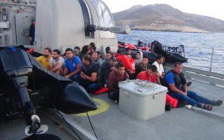 (Ξένη Δημοσίευση) Φωτογραφία που δόθηκε σήμερα στη δημοσιότητα από το ΓΕΕΘΑ και εικονίζει πρόσφυγες και μετανάστες σε πλοίο του Πολεμικού Ναυτικού. Οι ΕΔ στο πλαίσιο  της εθνικής προσπάθειας αντιμετώπισης της οξείας ανθρωπιστικής κρίσης που έχει προκληθεί από τις αυξημένες προσφυγικές ροές και υλοποιώντας σχετικές διαταγές της πολιτικής ηγεσίας του ΥΠΕΘΑ, από τα τέλη Αυγούστου 2015 παρέχουν συνδρομή στους αρμόδιους  πολιτικούς φορείς στην διαχείριση των σχετικών προβλημάτων ως ακολούθως: Στελέχωση του Κεντρικού Συντονιστικού Οργάνου Μετανάστευσης με 2 στελέχη των ΕΔ καθημερινά. Διάθεση 3 Στρατοπέδων για τη χρήση τους ως Κέντρα Πρώτης Υποδοχής στη Λέσβο Λέρο και Κω. Διάθεση προσωπικού των ΕΔ για την συνδρομή του έργου του Υπουργείου Εσωτερικών, στα Κέντρα Πρώτης Υποδοχής. Διάθεση εφοδίων και υπηρεσιών στα κέντρα πρώτης υποδοχής και προσωρινής φιλοξενίας προσφύγων, στις παραμεθόριες Νήσους και στην Αττική αντίστοιχα, για την παρασκευή περίπου 2600 μερίδων συσσιτίου ημερησίως. Διάθεση μηχανημάτων και υπηρεσιών για τη διαμόρφωση των Κέντρων  Πρώτης Υποδοχής σε Λέσβο, Λέρο, Κω κ