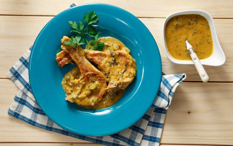 Μπριζόλες χοιρινές στο τηγάνι µε σάλτσα λαχανικών