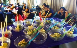 Η σαλάτα με γλιστρίδα και τυροβολιά έγινε ανάρπαστη. (Φωτογραφίες: ΒΑΓΓΕΛΗΣ ΠΕΛΕΚΗΣ)