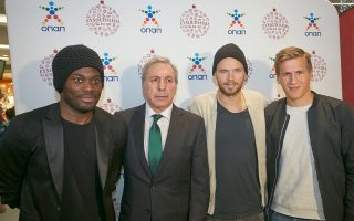Στη φετινή εκδήλωση για τα «Ευχοστολίδια» συμμετείχαν ηθοποιοί, τηλεοπτικοί παρουσιαστές και αθλητές. Στη φωτογραφία (από αριστερά) οι ποδοσφαιριστές του Παναθηναϊκού Μ. Εσιέν, Μ. Μπεργκ και A. Λουντ με τον αντιπρόεδρο της ΠΑΕ Πανθηναϊκός κ. Σ. Σωπήλη.