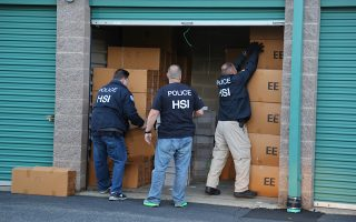 Αμερικανοί μυστικοί πράκτορες της υπηρεσίας Homeland Security Investigations (HSI) σε μια «επιχείρησή» τους.