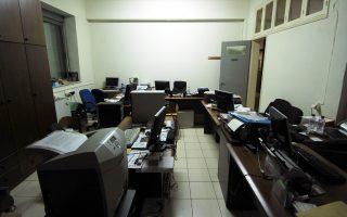 Αδεια γραφεία αναμένουν τους –σε πολλές περιπτώσεις– ανύπαρκτους υπαλλήλους τους, προκειμένου να διατελέσουν τα ασαφή και «θολά» καθηκοντά τους.