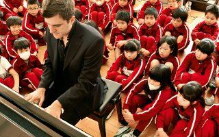 Ο Ελληνας πιανίστας παίζει για τα παιδιά νηπιαγωγείου της Φουκουσίμα, τον περασμένο Μάρτιο (ΜΙΚΟ ΤΑΝΑΚΑ)
