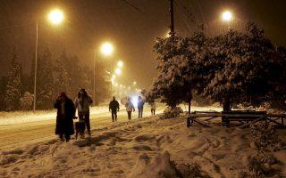Αθηναίοι προσπαθούν να τα βγάλουν πέρα με μία από τις πιο θεαματικές και επίμονες χιονοθύελλες των τελευταίων ετών, τον Ιανουάριο του 2006.