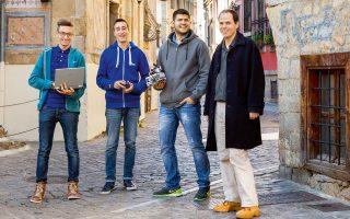 Νικητές! Αλέξανδρος Πανταζίδης, Χάρης Παπαδάκης, Βασίλης Κόκκινος με τον καθηγητή και coach τους, Θανάση Μπαλαφούτη. Φωτογραφία: Διονύσης Κουρής.