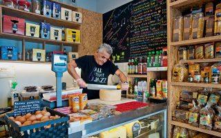Ο κ. Σπύρος Τσακιρίδης, ιδιοκτήτης  της «Ρόκας», κόβει... μια παραγγελία. (Φωτογραφίες: ΚΛΑΙΡΗ ΜΟΥΣΤΑΦΕΛΛΟΥ)