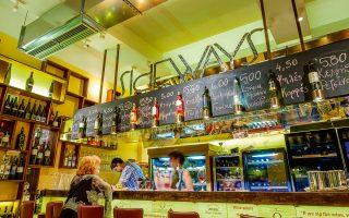Η λίστα κρασιών του Sideways είναι ελληνοκεντρική, με 110 ετικέτες, 17 εκ των οποίων σερβίρονται σε ποτήρι (οι τιμές ξεκινούν από 4,50 €).