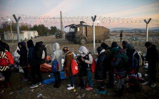 Μετανάστες και πρόσφυγες στην Ειδομένη περιμένουν να περάσουν τα σύνορα με την ΠΓΔΜ.