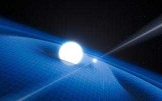 Καλλιτεχνική αναπαράσταση του ίδιου ζεύγους αστέρων, ενώ αυτά εκλύουν βαρυτικά κύματα, δηλαδή ρυτιδώσεις στον χωρόχρονο. Παρότι αυτά τα κύματα (που διακρίνονται στην εικόνα ως πλέγμα) δεν έχουν ακόμα εντοπιστεί με άμεσο τρόπο, οι αστρονόμοι έχουν καταφέρει να τα ανιχνεύσουν έμμεσα, μετρώντας την αλλαγή της τροχιάς του συστήματος ενώ αυτό χάνει ενέργεια.