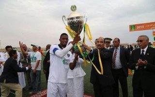 O πρόεδρος της Μαυριτανίας (δεξιά) στο 63΄ του τελικού του Σούπερ Καπ της χώρας του, διέταξε τη διακοπή του αγώνα και την άμεση έναρξη των πέναλτι...