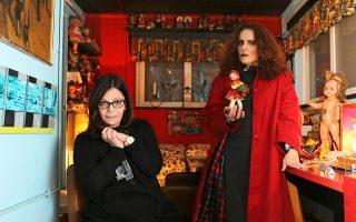 Ρούλα Γεωργακοπούλου  (η συγγραφέας, αριστερά) και Σοφία Φιλιππίδου (η ηθοποιός και σκηνοθέτις της παράστασης). Ηταν βέβαιο ότι κάποια στιγμή αυτές οι δύο γυναίκες θα δούλευαν μαζί. Φωτ.: Νίκος Κοκκαλιάς.