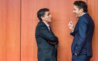 Ο Ευκλ. Τσακαλώτος συνομιλεί με τον πρόεδρο του Eurogroup, στο περιθώριο της χθεσινής συνεδρίασης στις Βρυξέλλες.