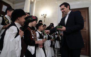 Τα κάλαντα της Πρωτοχρονιάς έψαλλε χθες στον πρωθυπουργό η Χορωδία Συλλόγων Βορειοηπειρωτών.