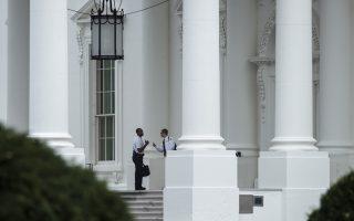 Ανδρες της μυστικής υπηρεσίας έξω από την είσοδο του Λευκού Οίκου. Η έκθεση αποδίδει ευθύνες στην ηγεσία της υπηρεσίας και στο Κογκρέσο, υπεύθυνο για περικοπές στον προϋπολογισμό της.