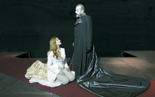 Με την Καρυοφυλλιά Καραμπέτη στον «Αγαμέμνονα». Σκηνοθεσία Νικαίτης Κοντούρη, παραγωγή ΔΗΠΕΘΕ Κοζάνης.