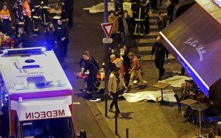Τραυματίας θεατής της συναυλίας στο Μπατακλάν απομακρύνεται από πυροσβέστες, λίγη ώρα μετά την επίθεση.