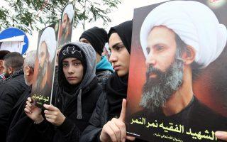 Λιβανέζες κρατούν φωτογραφίες του εκτελεσθέντος από τη Σαουδική Αραβία σιίτη κληρικού Νιμρ αλ Νιμρ.