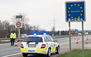 Φρουρά στον δανικό αυτοκινητόδρομο. Εως τώρα, το μόνο που χώριζε τη Γερμανία από τη Δανία ήταν αυτή η πινακίδα.