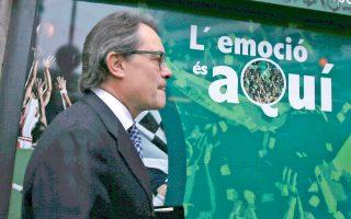 «Ο ενθουσιασμός είναι εδώ» αναγράφεται έξω από γραφείο στοιχημάτων στη Βαρκελώνη, από το οποίο περνάει ο απερχόμενος Καταλανός πρόεδρος Αρτουρ Μας.