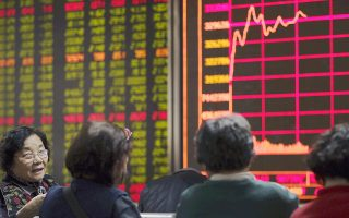 Οι παρεμβάσεις επεκτάθηκαν και στην αγορά συναλλάγματος, με την κεντρική τράπεζα να πουλάει δολάρια για να στηρίξει το γουάν, που ανέκαμψε κατά 0,2% μετά την πτώση 0,6% τη Δευτέρα.