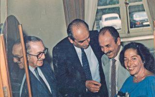 H φωτογραφία της 1/9/1984 έχει τη δική της ιστορία και μία επικαιρότητα σιβυλλική, τότε ο Eυάγγελος Aβέρωφ είχε εκλογή διαδόχου του στην αρχηγία N.Δ. τον κ. Kώστα Mητσοτάκη και τον κ. Kωστή Στεφανόπουλο. Στον B΄ Γύρο στις 10 Iανουαρίου 2016 έχουμε Eυάγγελο και Kυριάκο, όσο για το όνομα Kώστας, παίζει και αυτό.