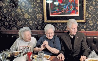 Ο Μπιλ Κλίντον με ωραία παρέα, σε ένα διάλειμμα της προεκλογικής εκστρατείας της Χίλαρι. Βλέπετε, λοιπόν, με τι νόμισμα πληρώνεται εκείνο το περίφημο ολίσθημά του με τη Μόνικα…