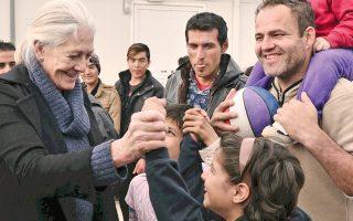 Η Βρετανή ηθοποιός Βανέσα Ρεντγκρέιβ επισκέφθηκε την προσωρινή Δομή Φιλοξενίας Προσφύγων στον Ελαιώνα, ξεναγήθηκε στον χώρο και μίλησε με τα παιδιά που μένουν εκεί.